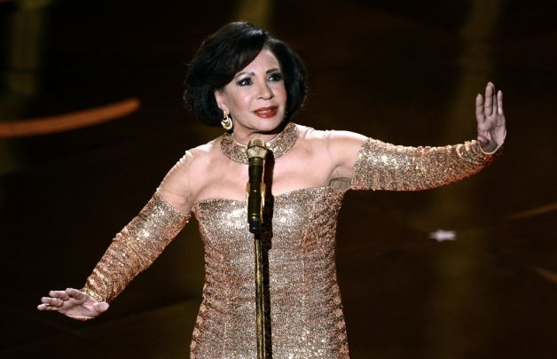 224-Shirley Bassey Sings Goldfinger at Oscars-1