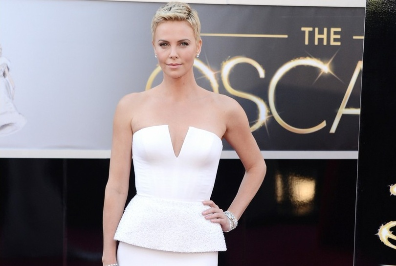 224-charlize-theron-oscars-2013-red-carpet-16