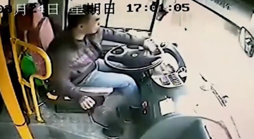 328-Bus Driver Narrowly Avoids Being Impaled By Lamppost-celebnmusic247-1
