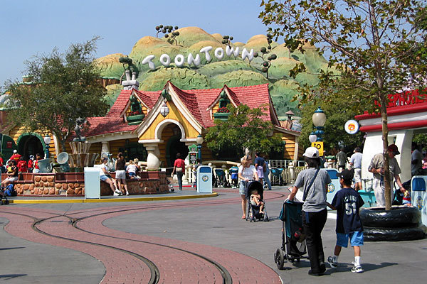 disneyland-toontown-evacuated-after-explosion-528-1