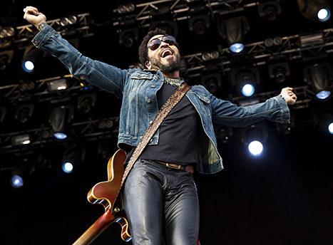 lenny-kravitz-sausage-flops-out-on-stage-0804-1